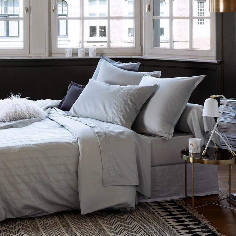 tapis descente de lit berb re deco carre blanc. Black Bedroom Furniture Sets. Home Design Ideas