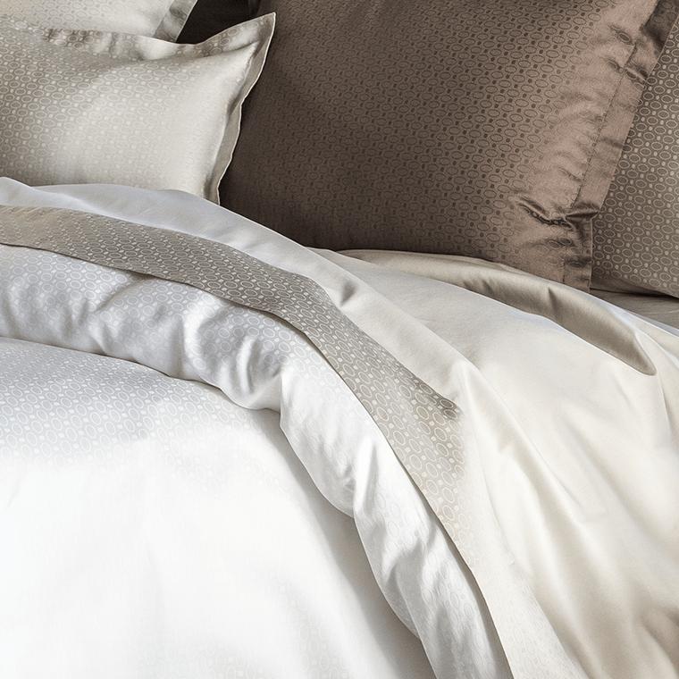 drap de lit maestro taupe carre blanc. Black Bedroom Furniture Sets. Home Design Ideas