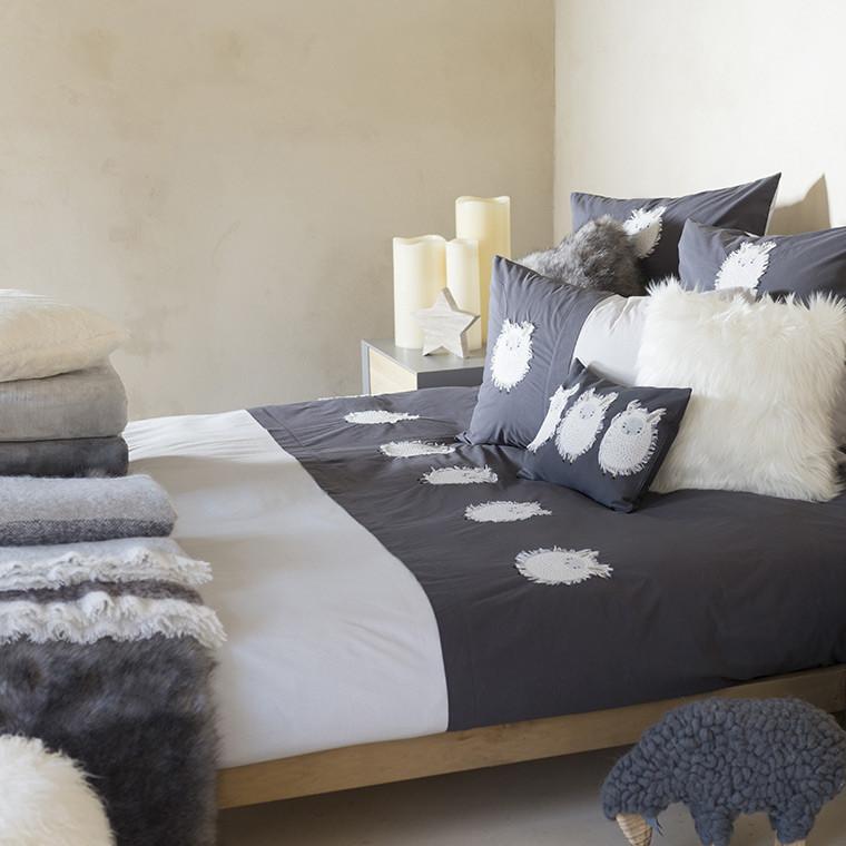 housse de couette en percale blanc et ardoise avec broderies. Black Bedroom Furniture Sets. Home Design Ideas
