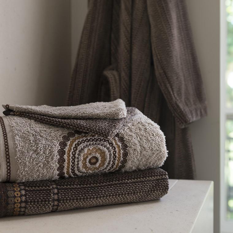 parure de bain must parures de bain fantaisie carre blanc. Black Bedroom Furniture Sets. Home Design Ideas