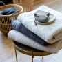 Serviette de toilette bouclette de coton brodée Irina perle