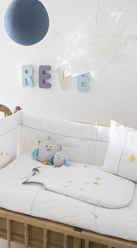 linge b b cadeaux de naissance parures pour b b carr blanc. Black Bedroom Furniture Sets. Home Design Ideas